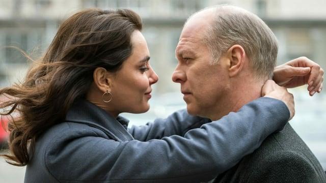 Ein Mann und eine Frau umarmen sich. Sie sind sich sehr nah.