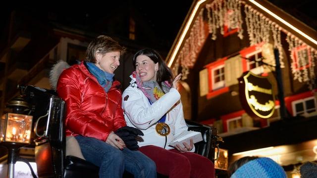 Erika Hess und Dominique Gisin auf der Kutsche.