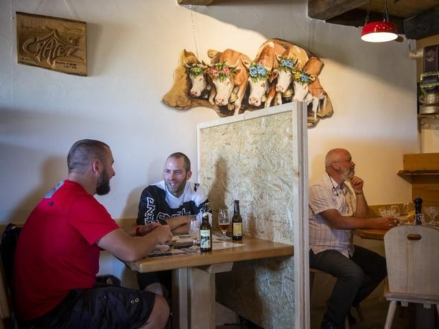 Restaurant mit drei Gästen.