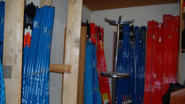 Im Materiallager finden sich Rennstangen in Rot und Blau.