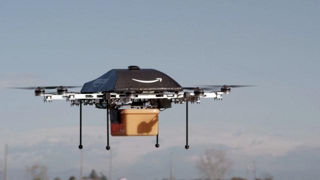 Eine Amazon-Drohne fliegt mit einem Plastikbehälter.