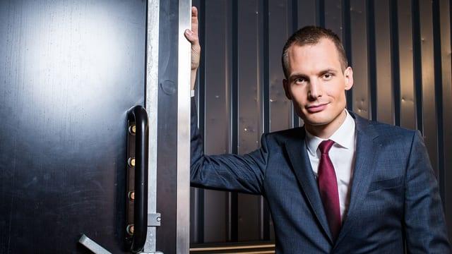 Porträt von Jonas Projer.