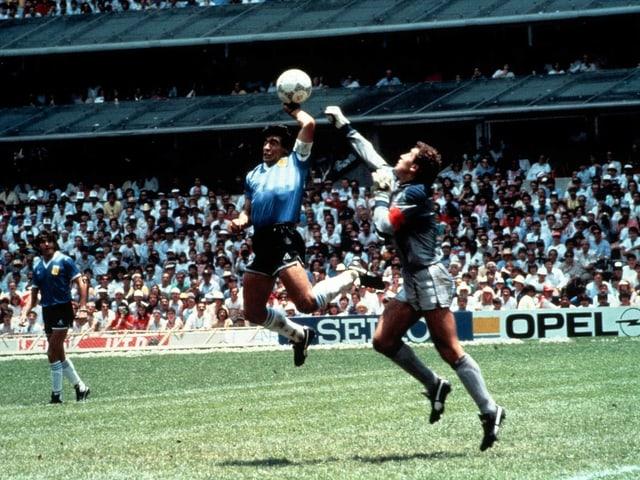 Wie Diego Maradona mit der «Hand Gottes» nachhalf.