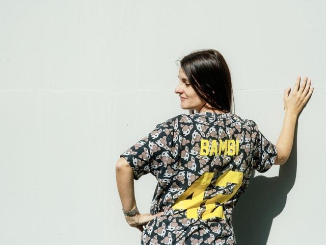 Ursula Schubiger in einem Bamby-Shirt