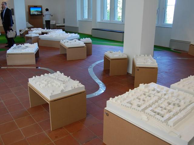Architekturmodelle und die Aareschlaufe am Boden zeigen, wie ein neues Berner Stadtmodell aussehen könnte.