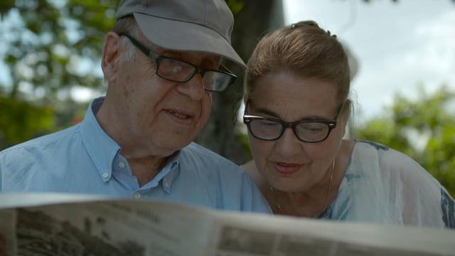 Jean Ziegler und seine Frau lesen die Zeitung.