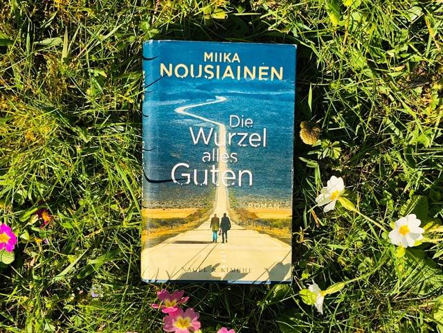 Miika Nousiainens Roman «Die Wurzel alles Guten» liegt auf dem Gras
