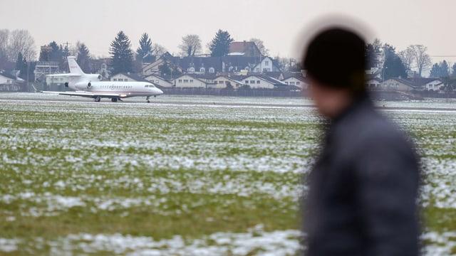Mann schaut auf das grosse Areal des Flugplatzes Dübendorf