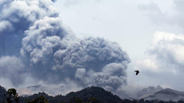 Rauchsäule über dem Vulkan «Kelud» in Indonesien