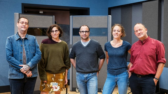 Autor Gion Mathias Cavelty, Dramaturgin Katrin Zipse, Autor Lukas Holliger, Regisseurin Susanne Janson und Autor Matthias Berger im neuen Hörspielstudio in Basel.