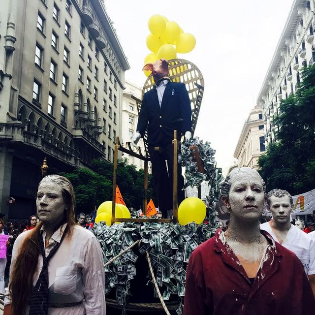 Aufwendige und kreative Aktion bei einer Demonstration in Buenos Aires.