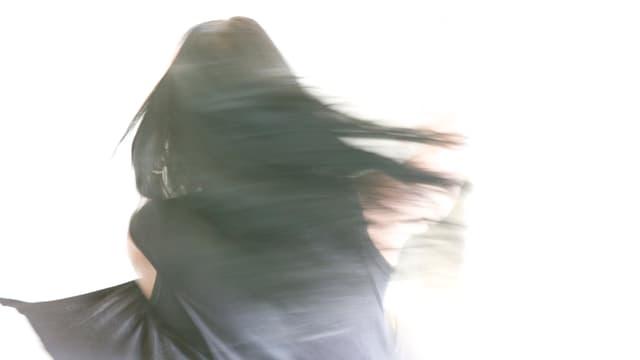 Symbolbild: Eine junge Frau dreht sich im Kreis.