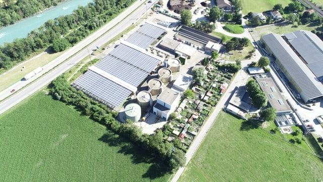 Luftaufnahme der Solaranlage auf der ARA in Chur.