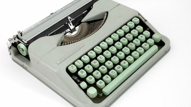 kleine grüne Schreibmaschine mit russischer Tastatur
