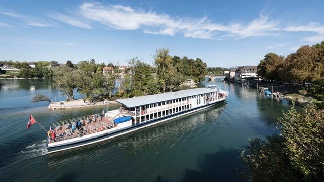 Passagierschiff auf grossem Fluss mit Häusern am Ufer