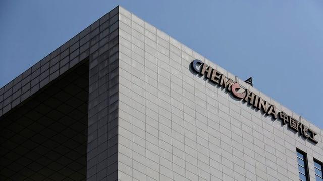 Purtret d'ina chasa cun si il logo da Chemchina.
