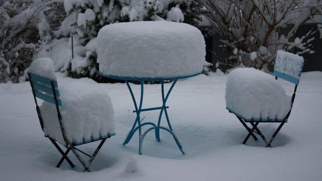 Schnee fällt manchmal im Frühwinter und schmilzt erst wieder im neuen Jahr.