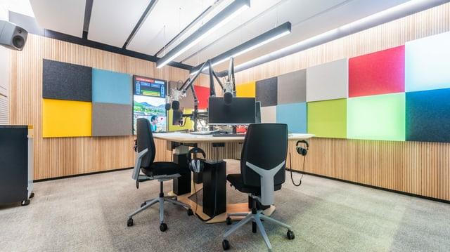 Das neue Radiostudio besticht mit modernen frechen Farben und Holz.