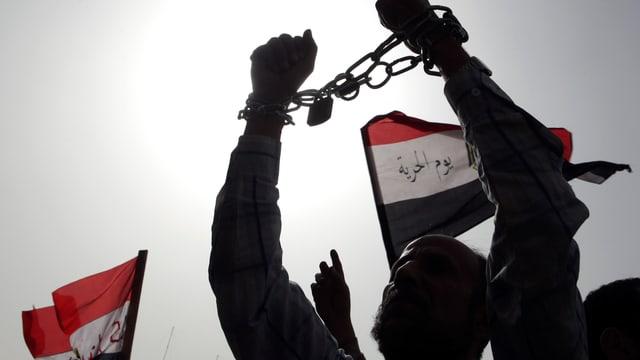 Ägyptischer Demonstrant mit Handschellen als Protest gegen die Regierung.