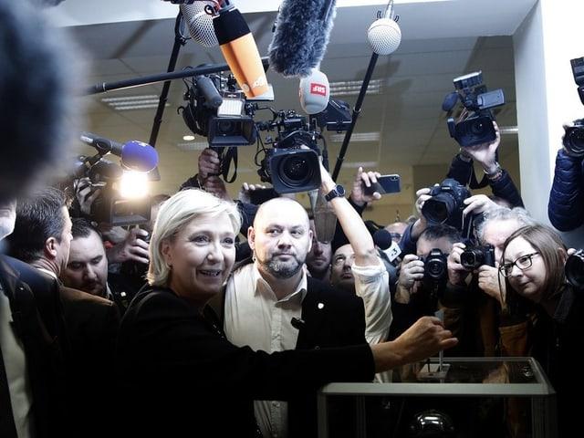 Le Pen umringt von Journalisten.