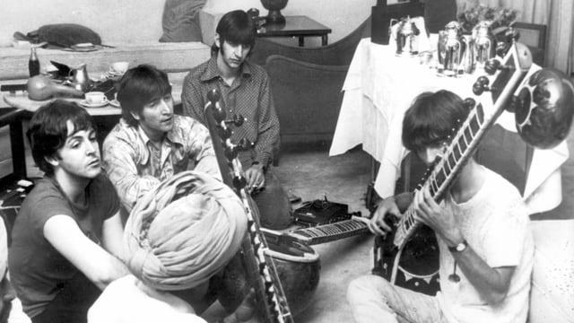 ein Foto von jungen Männern, die ein indisches Instrument üben