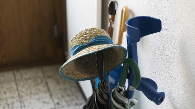 Hut und Stock von älterem Menschen.