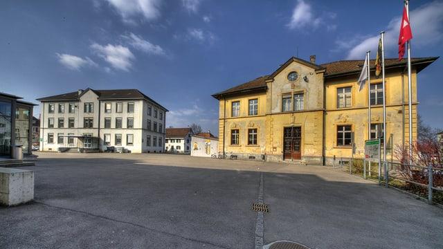 Der alte Schulhausplatz von Pratteln, im Hintergrund die Schulgebäude.