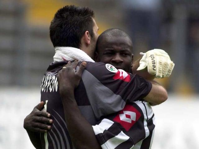 Buffon und Thuram umarmen sich
