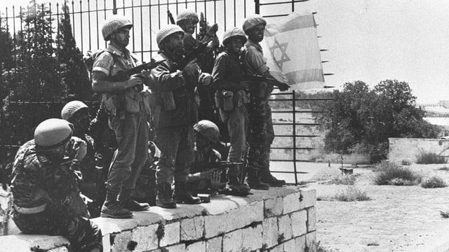 Israelische Soldaten posieren in bei der al-Aqsa-Moschee am Tempelberg in Jerusalem.