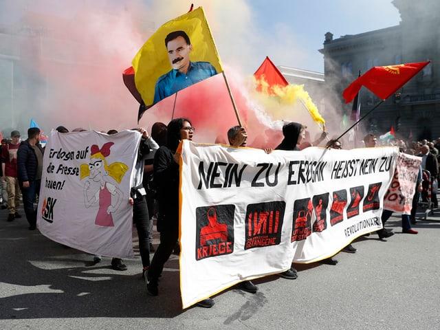 Kundgebungsteilnehmer protestieren gegen den Tuerkischen Praesidenten Erdogan am Samstagnachmittag in Bern.