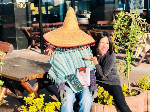 Annette König umarmt einen Mexikaner, der die Bücher «Gringo Champ» von Aura Xilonen und die scharfe «Milena» von Jorge Zepeda Patterson auf dem Schoss hat.