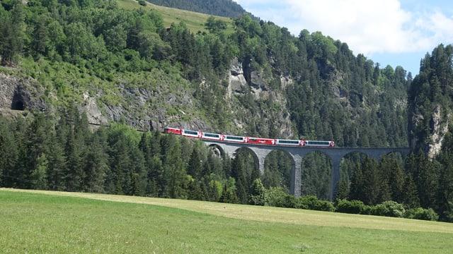 Il Glacier Express passa il viaduct dal Landwasser.