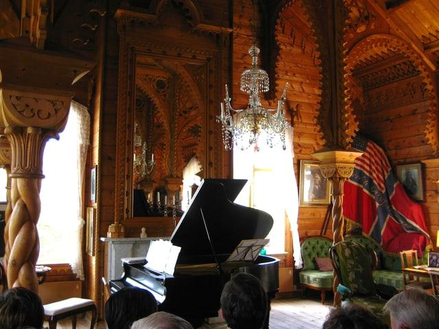 Innenaufnahme von Bull Konzertsaal, ganz aus Holz und geschnitzt vom Boden bis zur Decke.