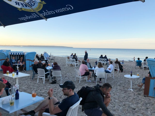 Gastrobetrieb am Strand, besetzte Tische