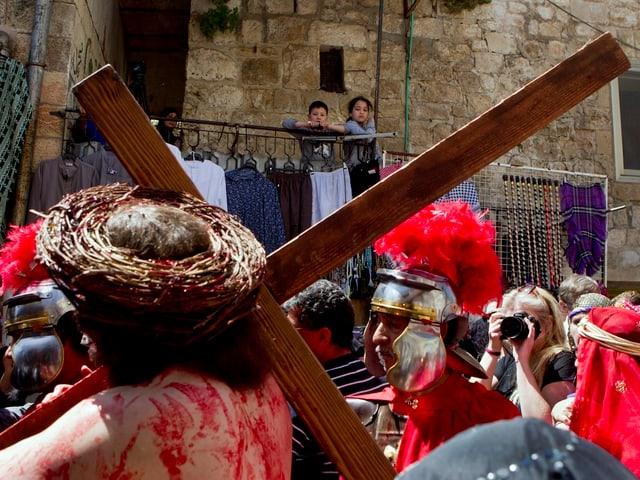 Person mit Dornenkrone und Jesuskreuz