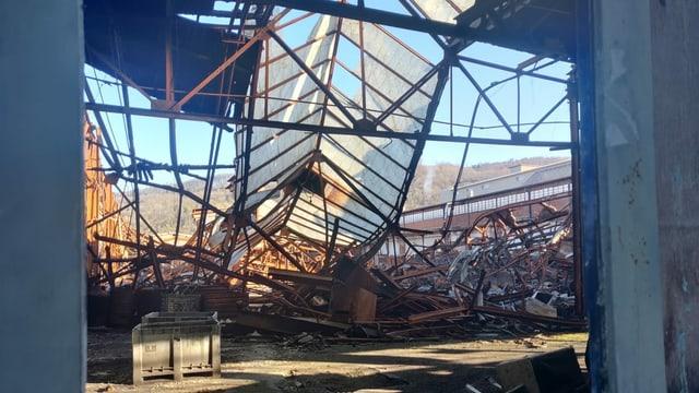 Eingestürzte Industriehalle.