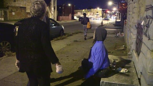 Drogensüchtige auf der Strasse - nachts