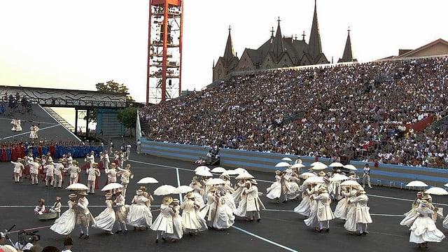 Eine Gruppe tanzt in der Arena beim Fête des Vignerons 1999.