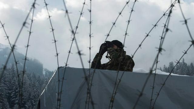 Schweizer Soldat bewacht das Gelände in Davos.