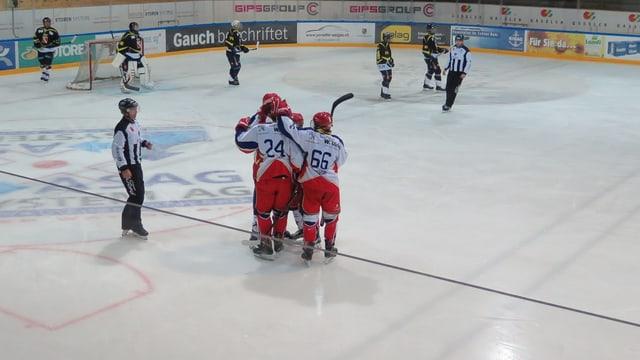 Eishockeyspieler feieren ein Tor