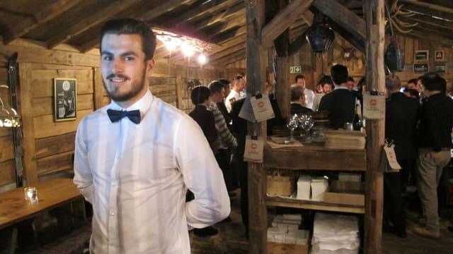 Kellner im Fondue-Chalet am Dörfli-Weihnachtsmarkt
