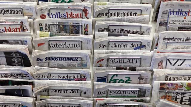 Symbolbild: Zeitungssständr mit vielen verschiedenen Zeitungen.