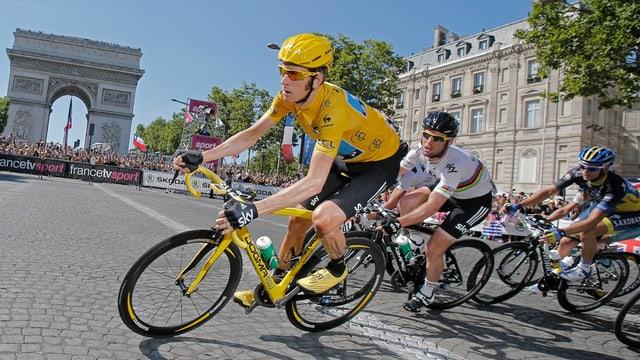 Bradley Wiggins auf den Champs Elysées vor Weltmeister und Teamkollege Mark Cavendish.