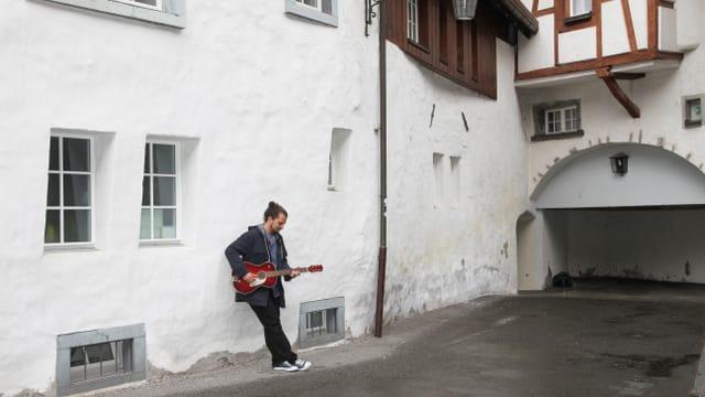 Cha da Fö suna la ghitarra en la citad veglia da Cuira