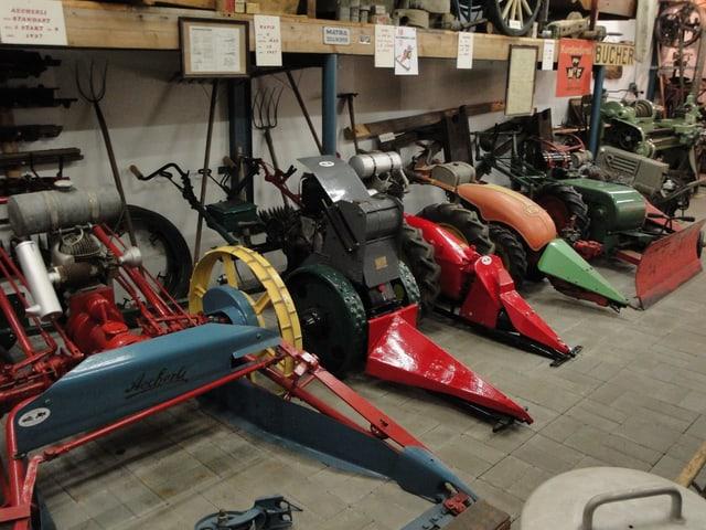 Eine Reihe von Motormähern im Museum.