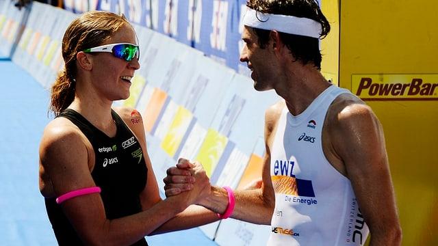 Der Zürcher Sven Riederer noch im weissen Sportoutfit gratuliert der schwarz bekleideten Daniela Ryf direkt hinter der Ziellinie.