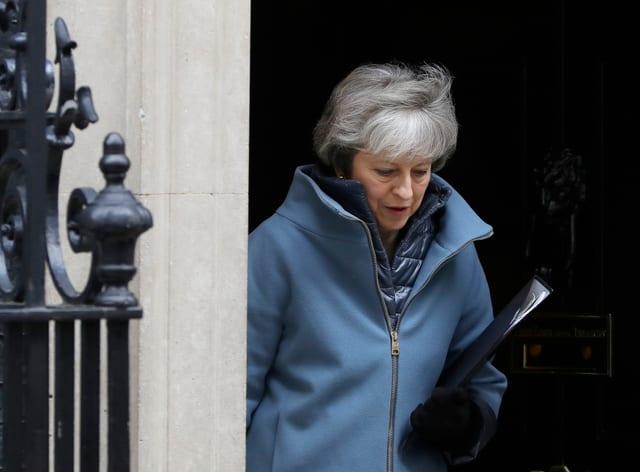 Premierministerin May beim Verlassen des Regierungssitzes.