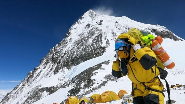 Ein Sherpa vor dem Everest.