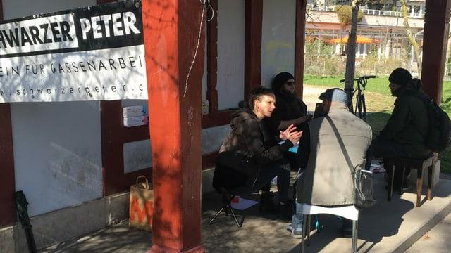 Obdachlose werden im Park beraten.