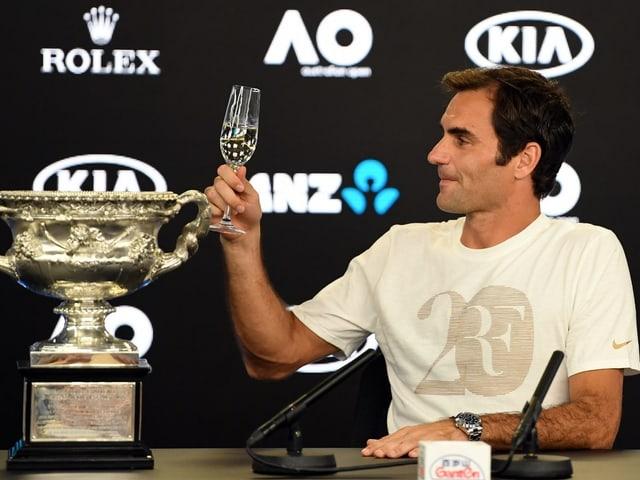 Roger Federer prostet.